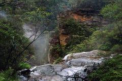 Flöda över avsatsen på Wentworth Falls Arkivbilder