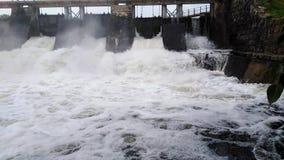 Flöda av överskottvatten i det snabba vattnet för behållareskumvatten som flödar med mist arkivfilmer
