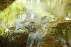 Flöda för vatten som slås vagga och vågen som plaskar i floden Fotografering för Bildbyråer