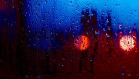 Flöda ner vattendroppar på exponeringsglas Arkivbild