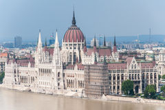 Flödad över Donau på den Budapest parlamentet arkivbilder