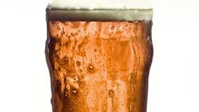 Flödande över exponeringsglas av öl i toppen ultrarapid lager videofilmer
