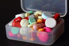 flödande över pillerask för closeup Arkivfoto