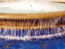 flödande över plaska vatten för springbrunn royaltyfri bild
