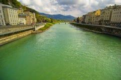 flödande flod för stad Arkivfoto