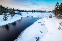 Flödande flod i finlandssvenska Lapland Royaltyfria Foton