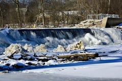Flödande is fylld salt liten vikvattenfall fotografering för bildbyråer