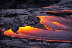 Flödande lava i den stora ön Hawaii royaltyfri bild