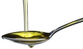 flödande olive sked för olja royaltyfri foto