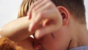 Flödande revor för smutsig föräldralös pojkecloseupgråt arkivfilmer