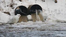 Flödande ström för föroreningavrinning till en flod arkivfilmer