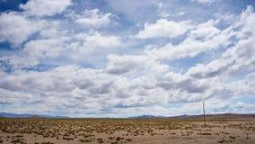 Flödande ström för hög höjd i hårt kargt landskap med scenisk dramatisk himmel Bred vinkelsikt från ovannämnt på 4000 M på Andeae Arkivbild