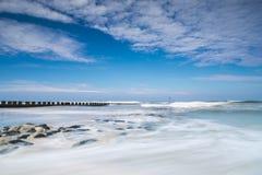 Flödande strandvatten som över flyttar sig, vaggar Royaltyfria Foton