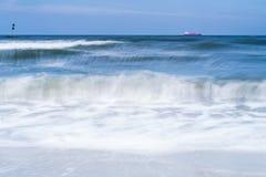 Flödande strandvatten som över flyttar sig, vaggar Royaltyfria Bilder