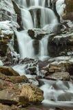 Flödande vatten av strömmen för Carpathian berg Royaltyfri Fotografi