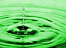 flödande vatten för droppar royaltyfria bilder