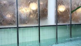 Flödande vatten på exponeringsglas lager videofilmer