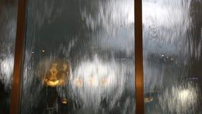 Flödande vatten på exponeringsglas arkivfilmer