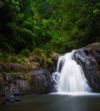 Flödande vattenfall på Crystal Cascades i rösen, Australien Arkivbilder