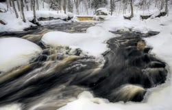 flödande vattenfallvinter Fotografering för Bildbyråer