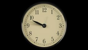 Flöde av tid visade på klockan med snabba flyttninghänder arkivfilmer