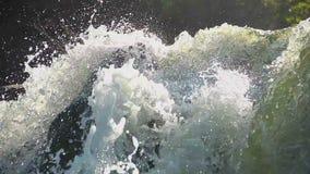Flöde för tungt vatten som snabbt kör sluttande, färgstänkcloseup