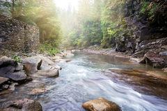 Flödesbergflod i steniga kuster Arkivfoton