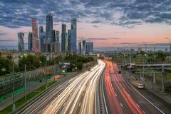 Flödet av bilar på den tredje Ring Road i Moskvastad Arkivbilder