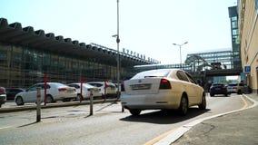 Fl?det av bilar p? omr?det av den Kursk stationen arkivfilmer