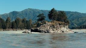 Flödet av den snabba floden Statisk skytte Mot bakgrunden av berget och skogen i mitt av floden arkivfilmer