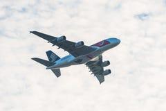 Flög den Singapore Airlines Singapore 50years för den nationella dagen flygbussen A380 över staden Royaltyfria Foton