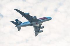 Flög den Singapore Airlines Singapore 50years för den nationella dagen flygbussen A380 över staden Fotografering för Bildbyråer