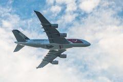 Flög den Singapore Airlines Singapore 50years för den nationella dagen flygbussen A380 över staden Royaltyfria Bilder