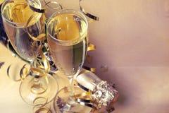 Flöjter av champagne i ferieinställning Royaltyfria Bilder