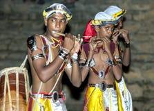 Flöjtspelare utför under Esalaen Perahera i Kandy, Sri Lanka Royaltyfri Foto