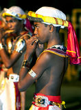 Flöjtspelare utför under Esalaen Perahera i Kandy, Sri Lanka Arkivfoton