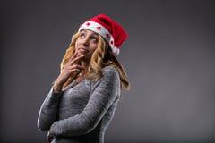 Flörta flickan som tänker om en gåva för jul Royaltyfri Bild