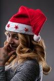 Flörta flickan som tänker om en gåva för jul Arkivfoto