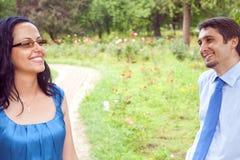 flörta gyckel för par som har utomhus- Arkivfoto