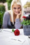 Flörta kvinna på restaurang Arkivfoto