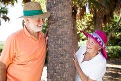 flörta pensionär för par arkivfoto