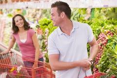 flörta supermarket för par Royaltyfri Bild
