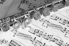 Flöte auf Blatt-Musik lizenzfreie stockfotografie