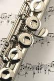 Flöte auf Musikblatt Lizenzfreie Stockfotografie