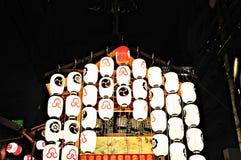 Flöte som dekoreras med lyktor i Kyoto Gion Festival royaltyfri fotografi