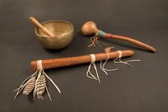 Flöte und Schüttel-Apparat des amerikanischen Ureinwohners und tibetanische Gesang-Schüssel Stockfoto