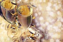 Flöten des Champagners in der Feiertagseinstellung Lizenzfreies Stockbild