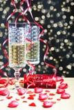 Flöten des Champagners in der Feiertagseinstellung Liebevolle Paare Lizenzfreie Stockfotos
