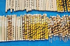 Flöten hergestellt vom Bambus, indische Handwerkkünste angemessen bei Kolkata Stockfotos