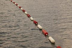 Flöten på det turbulenta havet på Montenegro seglar utmed kusten royaltyfri foto